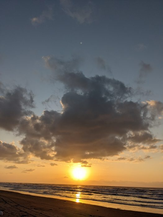石川県千里浜の海に沈む夕日